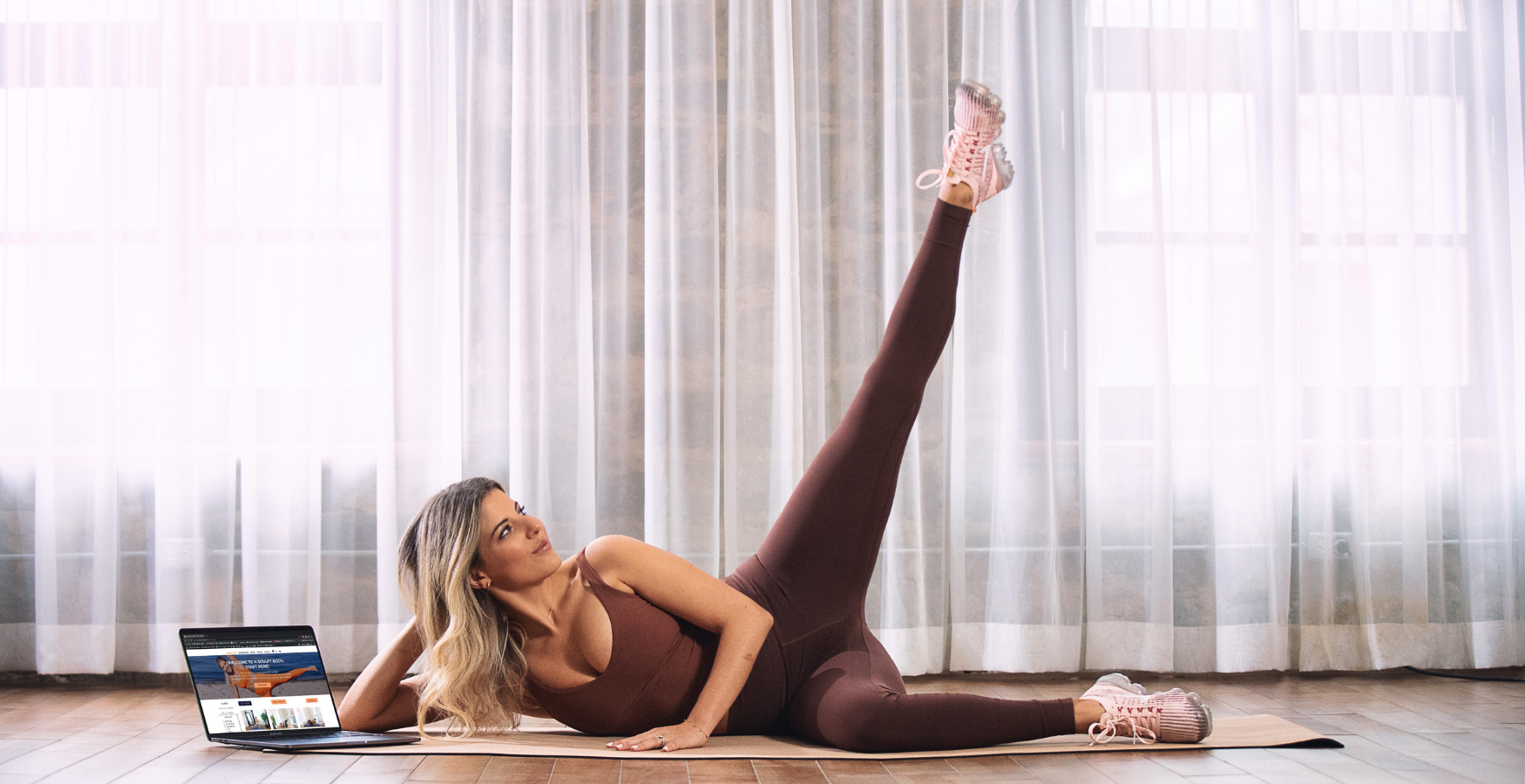 Alessia founder of A Sculpt Body doing a home workout using her fitness platform